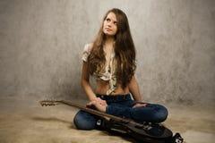 Muchacha del adolescente con la guitarra eléctrica Imágenes de archivo libres de regalías