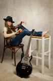Muchacha del adolescente con la guitarra eléctrica y la manzana Foto de archivo libre de regalías
