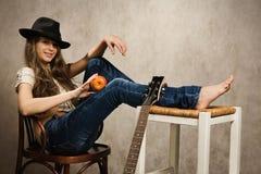 Muchacha del adolescente con la guitarra eléctrica y la manzana Foto de archivo