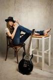 Muchacha del adolescente con la guitarra eléctrica y la manzana Imagenes de archivo
