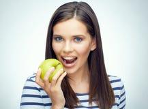 Muchacha del adolescente con la manzana dental de las mordeduras de los apoyos Fotos de archivo