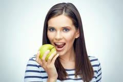 Muchacha del adolescente con la manzana dental de las mordeduras de los apoyos Fotografía de archivo