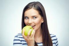Muchacha del adolescente con la manzana dental de las mordeduras de los apoyos Imagen de archivo
