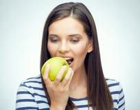 Muchacha del adolescente con la manzana dental de las mordeduras de los apoyos Foto de archivo