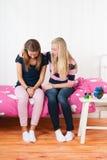 Muchacha del adolescente con la pena que se sienta en cama Imagen de archivo libre de regalías
