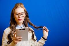 Muchacha del adolescente con la tableta Imágenes de archivo libres de regalías