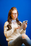 Muchacha del adolescente con la tableta Fotos de archivo libres de regalías