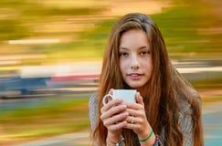 Muchacha del adolescente con la taza Fotos de archivo
