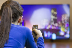 Muchacha del adolescente con la TV elegante de observación teledirigida Fotografía de archivo