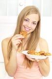 Muchacha del adolescente con las galletas Fotografía de archivo libre de regalías