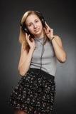 Muchacha del adolescente con los auriculares Foto de archivo