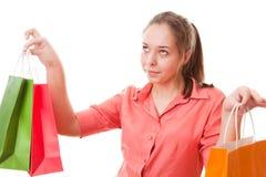 Muchacha del adolescente con los bolsos de compras Foto de archivo libre de regalías