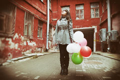 Muchacha del adolescente con los globos coloridos Foto de archivo libre de regalías