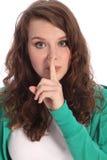 Muchacha del adolescente con los ojos azules que guardan un secreto Imagen de archivo libre de regalías