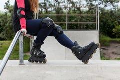 Muchacha del adolescente con los rodillos Foto de archivo libre de regalías