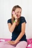 Muchacha del adolescente con smartphone Foto de archivo