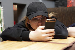 Muchacha del adolescente con smartphone Foto de archivo libre de regalías