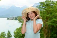 Muchacha del adolescente con un sombrero de paja en el salvaje Imagen de archivo