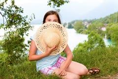 Muchacha del adolescente con un sombrero de paja en el salvaje Foto de archivo
