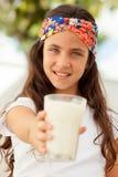 Muchacha del adolescente con un vidrio de leche Imagenes de archivo