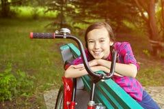 Muchacha del adolescente con una bicicleta Imagen de archivo