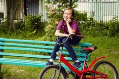 Muchacha del adolescente con una bicicleta Imagen de archivo libre de regalías