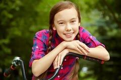 Muchacha del adolescente con una bicicleta Fotografía de archivo libre de regalías