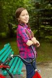 Muchacha del adolescente con una bicicleta Fotos de archivo libres de regalías