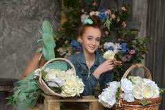 Muchacha del adolescente con una cesta de flores Fotografía de archivo libre de regalías