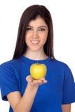 Muchacha del adolescente con una manzana amarilla Fotos de archivo libres de regalías