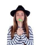 Muchacha del adolescente con una piruleta colorida en su boca Imágenes de archivo libres de regalías