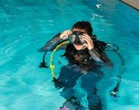 Muchacha del adolescente de la piscina del curso del buceo con escafandra con el instructor en la piscina Fotografía de archivo