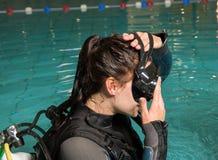 Muchacha del adolescente de la piscina del curso del buceo con escafandra con el instructor en la piscina Imágenes de archivo libres de regalías