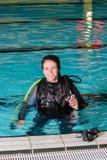 Muchacha del adolescente de la piscina del curso del buceo con escafandra con el instructor en la piscina Foto de archivo