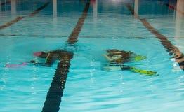 Muchacha del adolescente de la piscina del curso del buceo con escafandra con el instructor en la piscina Imagen de archivo libre de regalías