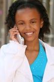 Muchacha del adolescente del afroamericano en el teléfono celular Foto de archivo libre de regalías