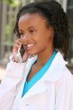 Muchacha del adolescente del afroamericano en el teléfono celular Fotografía de archivo libre de regalías