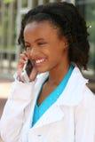 Muchacha del adolescente del afroamericano en el teléfono celular Imagenes de archivo