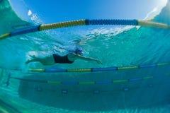 Muchacha del adolescente del entrenamiento de la nadada subacuática Imagenes de archivo