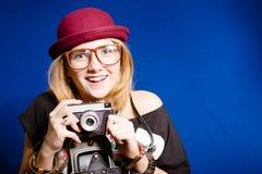 Muchacha del adolescente del inconformista con la cámara de la foto Fotografía de archivo
