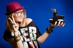 Muchacha del adolescente del inconformista que hace selfies Foto de archivo