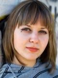 Muchacha del adolescente delante de la pintada Fotos de archivo libres de regalías