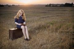Muchacha del adolescente en campo en la puesta del sol Foto de archivo