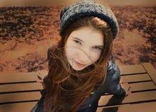 Muchacha del adolescente en chaqueta azul y sombrero hecho punto en parque del otoño Foto de archivo