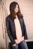 Muchacha del adolescente en chaqueta del lether y retrato marrón de la calle del pelo Fotografía de archivo libre de regalías