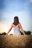 Muchacha del adolescente en el campo de trigo Imagen de archivo