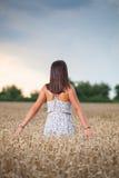 Muchacha del adolescente en el campo de trigo Imagenes de archivo