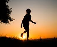 Muchacha del adolescente en el sol poniente Foto de archivo libre de regalías