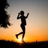 Muchacha del adolescente en el sol poniente Fotos de archivo libres de regalías