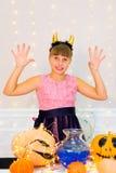 Muchacha del adolescente en el traje del demonio que presenta con las calabazas Imágenes de archivo libres de regalías